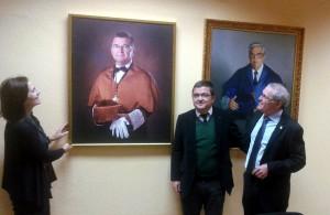 El homenajeado Dr. Ignacio Turias, acompañado de la Delegada del Rector y el actual Director del Centro.