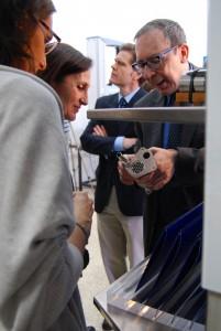 Juan Almagro (responsable de la sección laboratorio ACERINOX) muestra a los asistentes objetvos expuestos en vitrina cedida por empresa.
