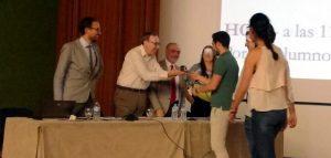 Juan Almagro haciendo entrega de la estatuilla al equipo ganador 'CEPINOX'.